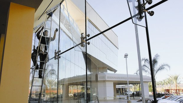 san-diego-union-tribune-photo-of-noe-contreras-mendez-from-sky-high-windows-cleaning-windows-at-the-lexus-dealership-in-escondido-ca